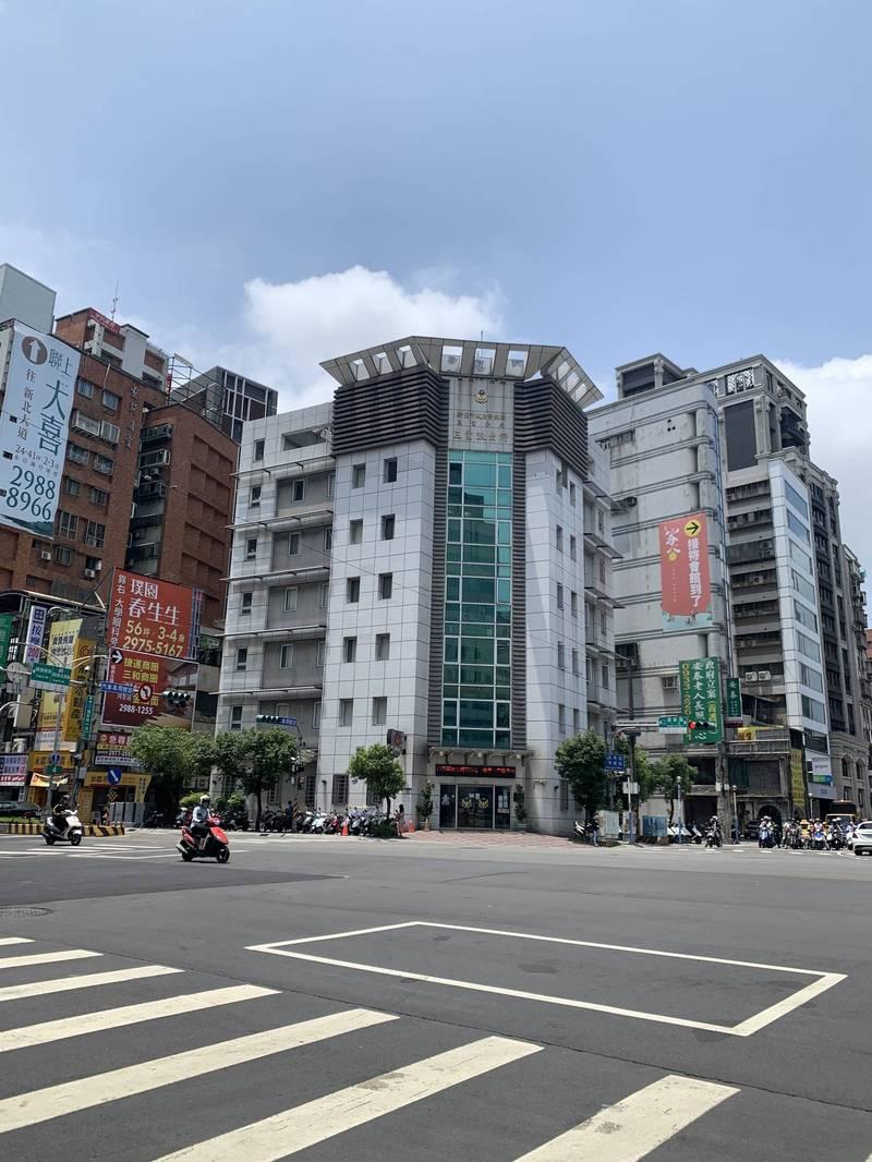 台北市一名陳姓警員今天上午被發現陳屍三重住處;三重派出所員警獲報到場處理。(記者吳仁捷翻攝)