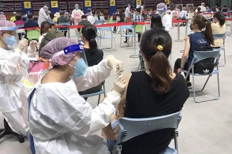 除了長者之外,屏東公私立幼兒園列冊人員、立案課後照顧中心列冊人貞也在8日打疫苗。(屏縣府提供)