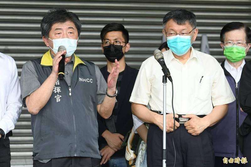 中央流行疫情指揮中心指揮官陳時中和台北市長柯文哲本月2日上午在環南市場說明防疫措施,並表示要共同成立前進指揮所。(資料照)