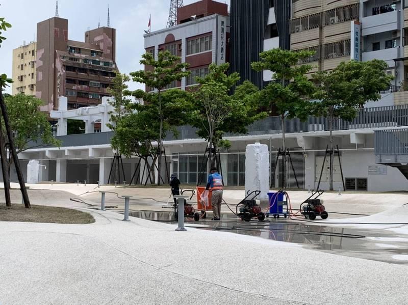 河樂廣場將於7月13日起同步微解封,南市工務局今天派員整理環境預作整備。(南市工務局提供)