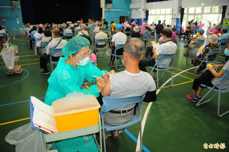 中原國小疫苗接種站場地較小,每次只容納100個長輩「半個小時打一批人」,一小時可打200人,一整天完成870人。(記者花孟璟攝)