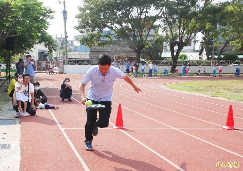嘉義市國中小校園戶外操場,預計7月13日起有條件開放民眾進入運動。(記者林宜樟攝)