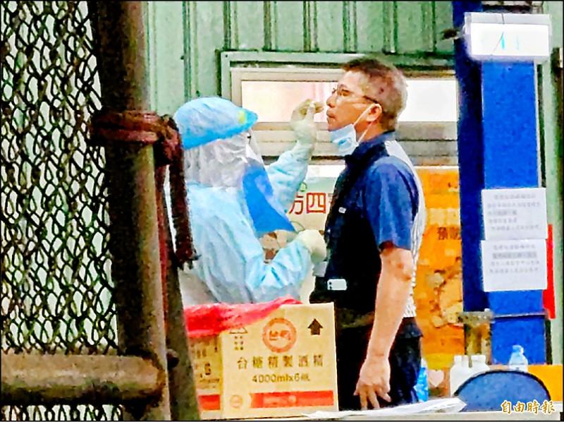 華航貨運站貨運客服人員6日確診,近千人全面PCR採檢。(記者姚介修攝)