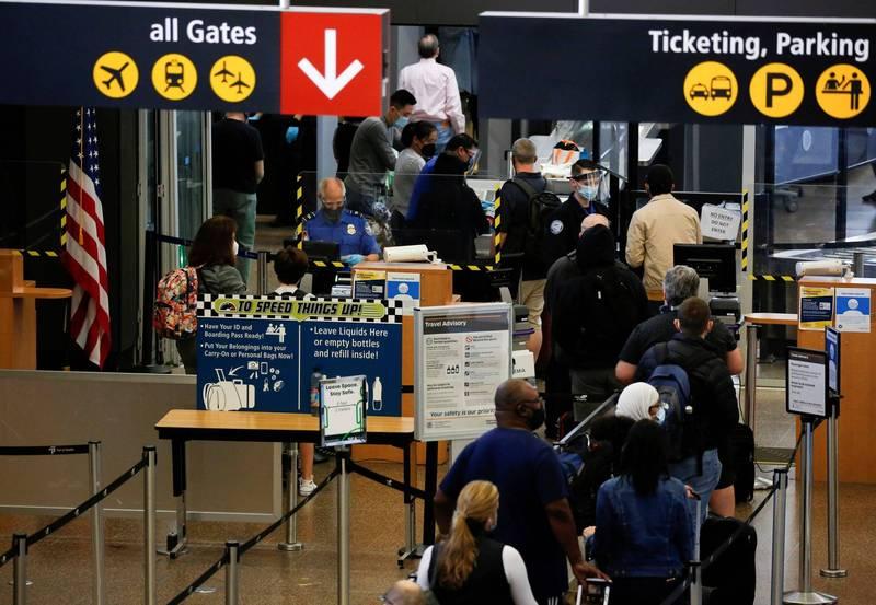 白宮官員表示,即便面臨各界壓力,美政府暫不解除跨國旅遊限制。(路透資料照)