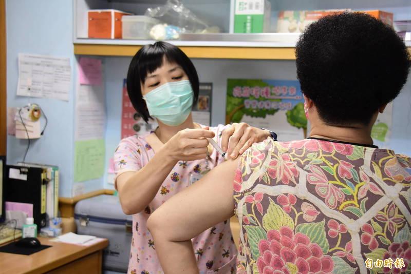 彰化縣政府呼籲民眾預約疫苗一起來,跟著唐鳳就對了。(記者劉曉欣攝)