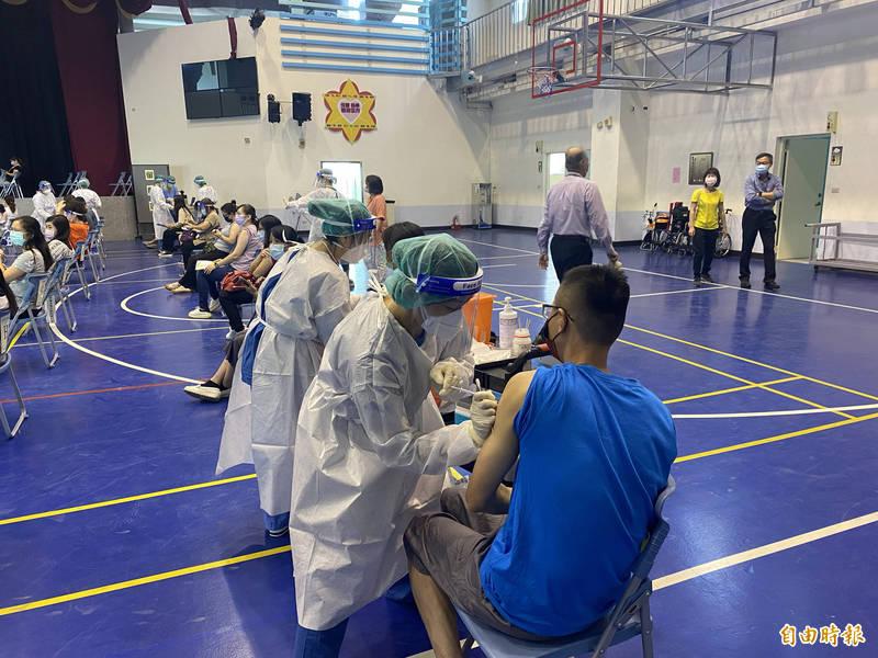 聖保祿醫院採取改良的「宇美町式」打法,由醫護人員以手推車方式,一位位貼近幼教人員。(記者魏瑾筠攝)