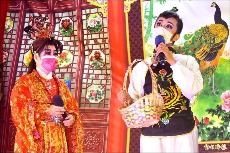 中市南屯萬和宮目前仍維持管制,圖為今年的「字姓戲」,演員戴著口罩演戲給神明看。(記者張瑞楨攝)