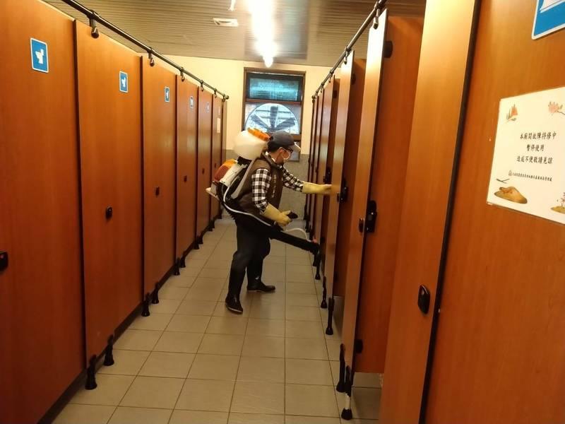 阿里山國家森林遊樂區13日微解封開放,園區進行廁所清潔消毒。(記者王善嬿翻攝)