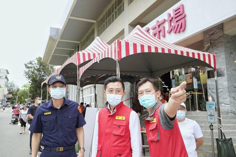 新竹市長林智堅(中)說,依照「竹竹苗防疫作戰聯盟」共同決議,三縣市餐飲場所不開放內用、一律外帶。(市府提供)