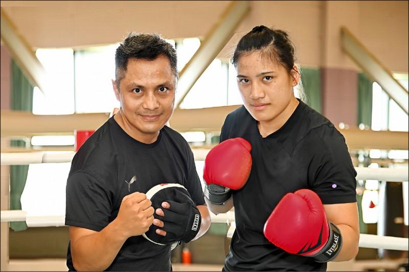 陳念琴(右)從小就受到拳擊教練柯文明的指導。(清大提供)