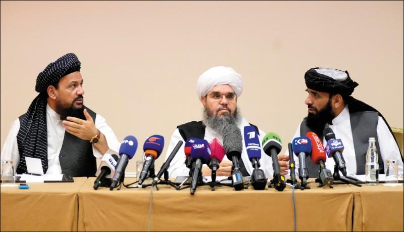 曾控制阿富汗的伊斯蘭激進組織「神學士」九日宣稱已控制阿國八成五的區域。圖為出訪俄羅斯的神學士政治代表團九日在莫斯科召開記者會。(美聯社)