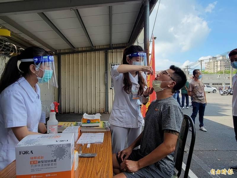 力拚12日復業,台南大東夜市管理業者今天自主性為攤商進行快篩。(記者王姝琇攝)