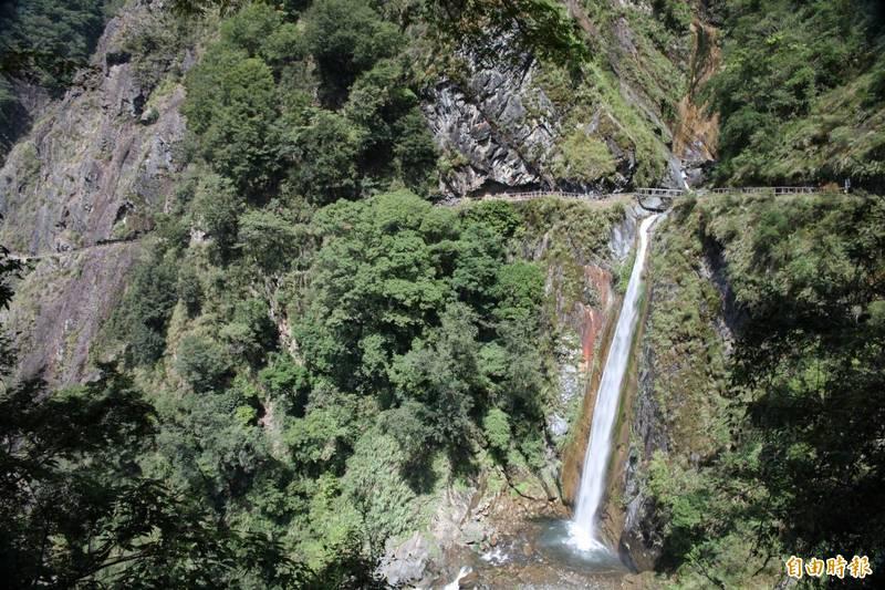 玉山國家公園雲龍瀑布步道,因大雨導致路基坍塌,只能到達3.1K的父子斷崖,位在4.2K的雲龍瀑布仍無法前往欣賞。(記者劉濱銓攝)