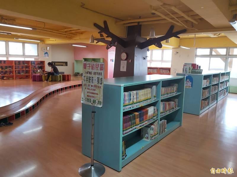 南投縣文化局圖書館13日起推出單一窗口讀者借閱服務,每人每週可申請1次借閱30本圖書。(記者張協昇攝)