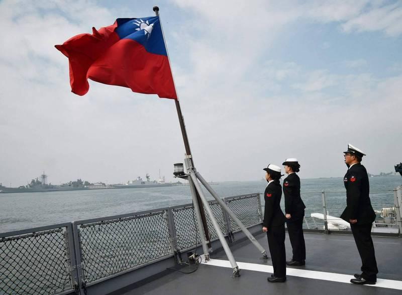 中國學者認為,華府或許在有關台灣獨立的立場畫出一條清楚的界線,但是「不支持不代表反對」。圖為台灣磐石艦官兵向國旗敬禮。(法新社檔案照)