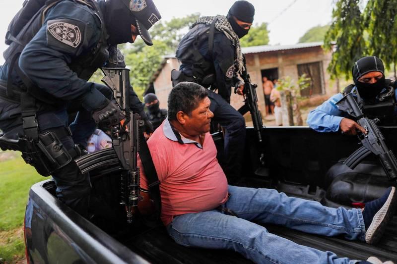 義大利籍男子在宏都拉斯狠心殺害遊民,遭當地600多名村民圍毆致死。圖為警方逮捕涉案村民。(路透)