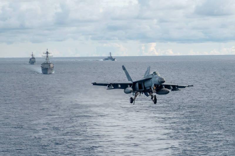 美國《富比士》軍事記者艾克塞指出,未來若是台海戰爭爆發,美軍的目標是佔領中國飛彈射程範圍內的前哨島嶼。圖為美軍航艦雷根號F/A-18E艦載機。(歐新社檔案照)