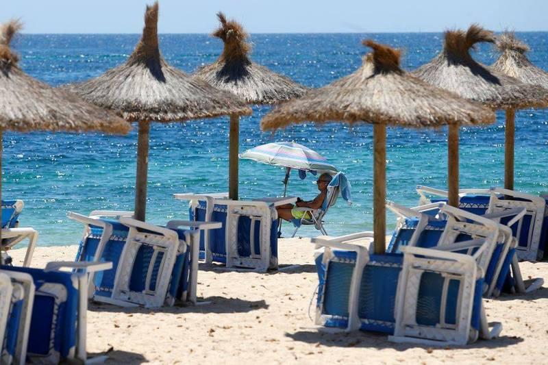 西班牙近日未接種的年輕人成為防疫破口,加那利群島、地中海瓦倫西亞等熱門旅遊景點要求政府恢復宵禁。示意圖。(路透)