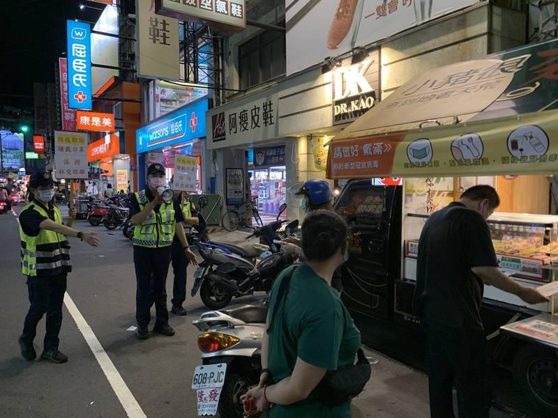 鳳山中山路夜市現人潮,警方步行宣導防疫規定。(警方提供)