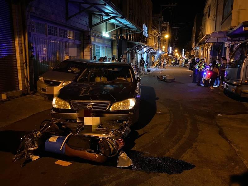 南方澳昨晚發生轎車連撞6車並波及民宅,事故現場像在打保齡球。(圖由警方提供)