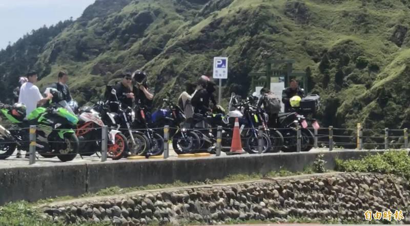 合歡山武嶺停車場內停了不少的機車。(記者佟振國攝)
