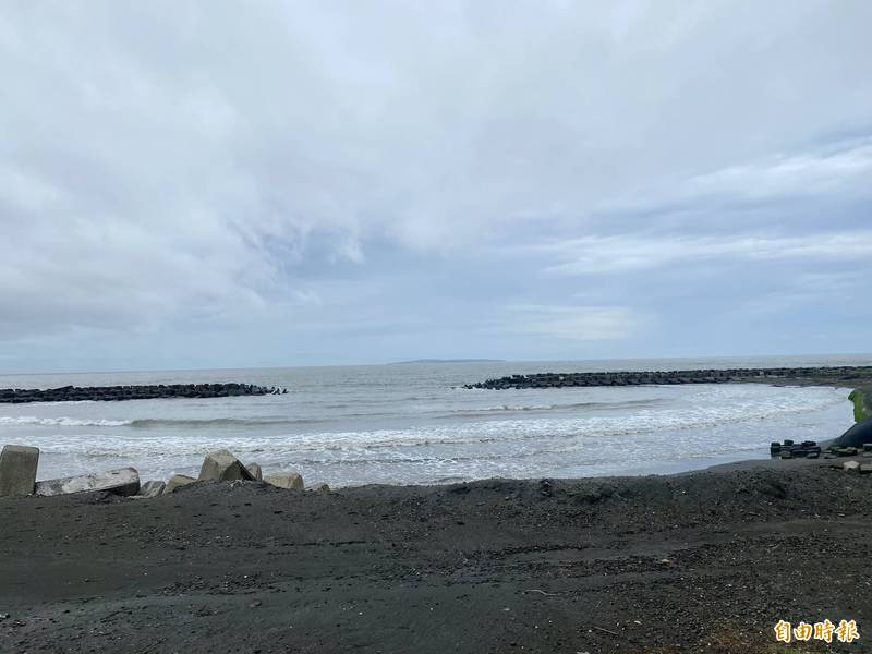 微解封在即,高市海洋局表示,海邊和沙灘仍暫時不開放。(記者洪臣宏攝)