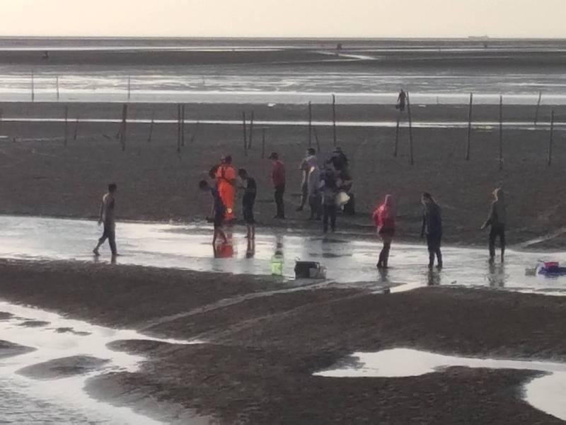 民眾採集文蛤沙灘車受困沙洲,海巡人員緊急馳援。(記者詹士弘翻攝)