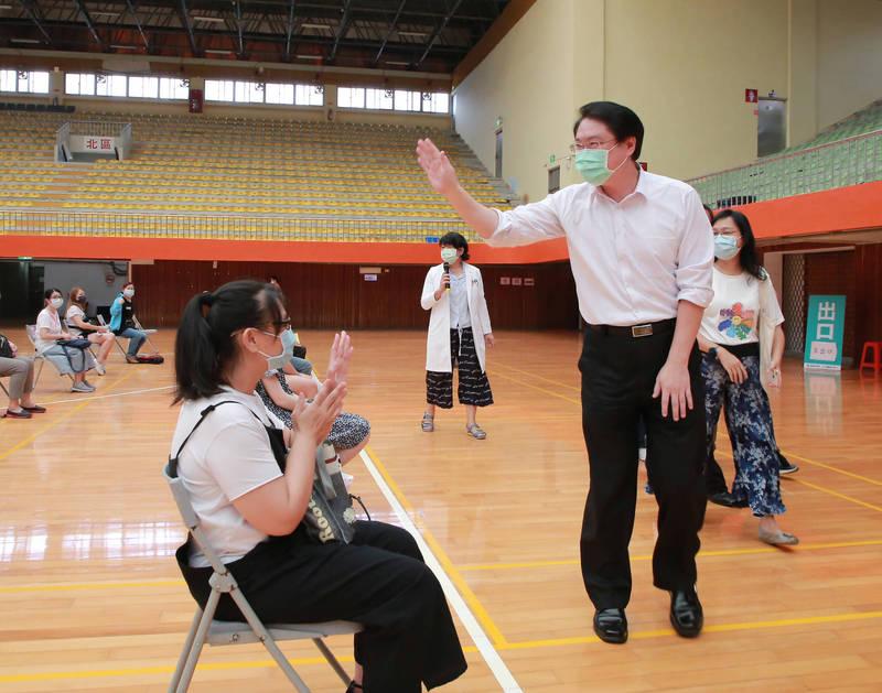基隆市長林右昌探視幼兒員教職員打疫苗的情況。(基隆市政府提供)