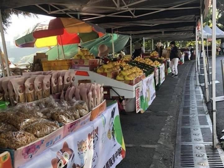 參山國家風景區管理處宣布,7月13日起,梨山水果街開放,但須全程戴口罩,且不能有遊客試吃等情形。(記者陳建志翻攝)