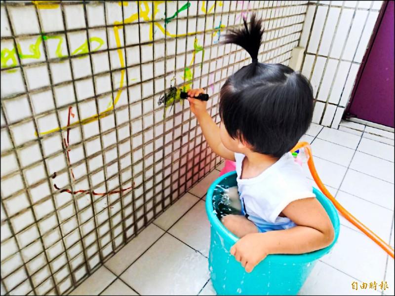 13日起部分行業可「微解封」,但幼兒園仍不開放,不少家長抱怨,孩子總不能一直關在家裡。(記者吳亮儀攝)