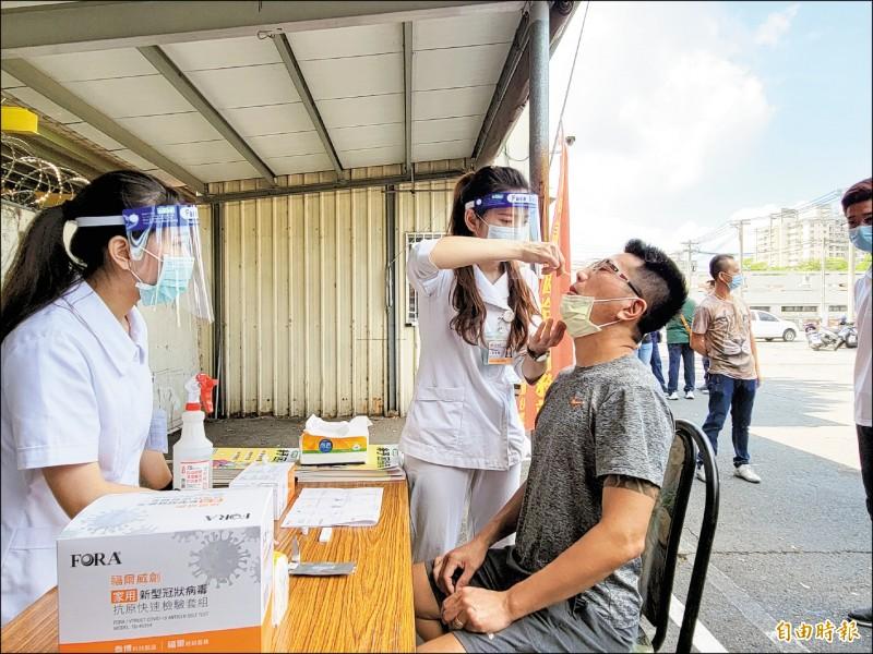 力拚7月12日復業,台南大東夜市管理業者自主性為攤商進行快篩。(記者王姝琇攝)