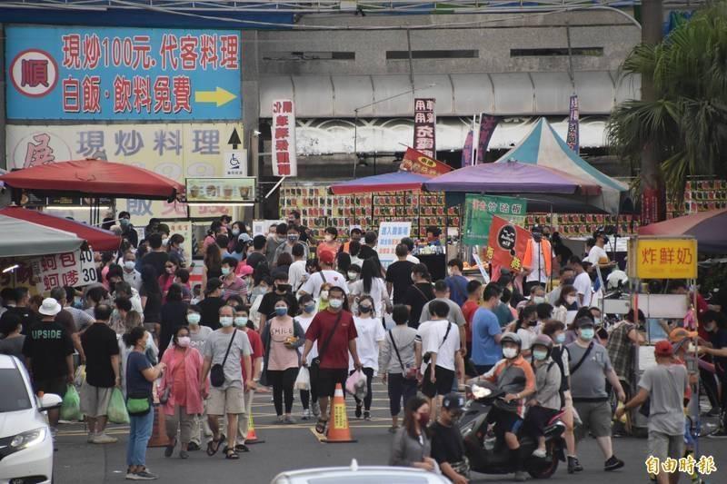 高雄興達港漁市,週休二日湧入大批採買人潮。(資料照,記者蘇福男攝)