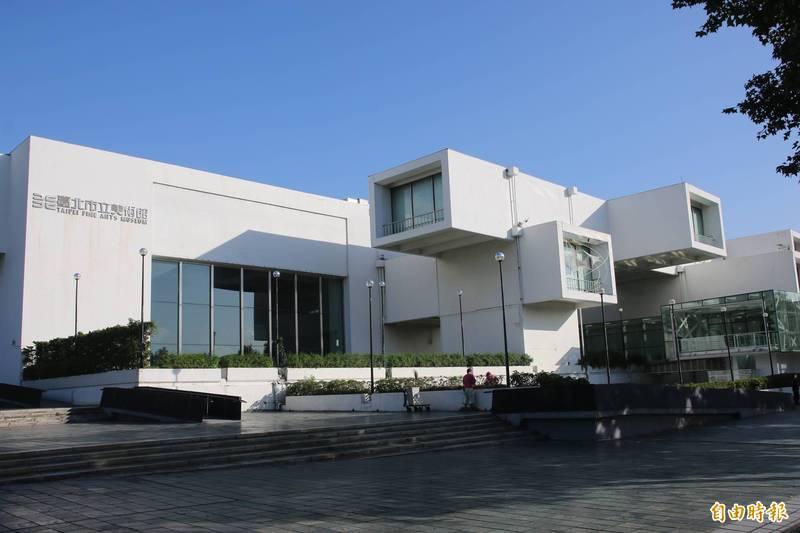 台北市立美術館明採預約制重新開館,今天上午10點開放網路預約報名;台北市立圖書館及各分館於戶外、梯廳、玄關處設置臨時服務台,但不開放讀者入館。(記者鄭名翔攝)