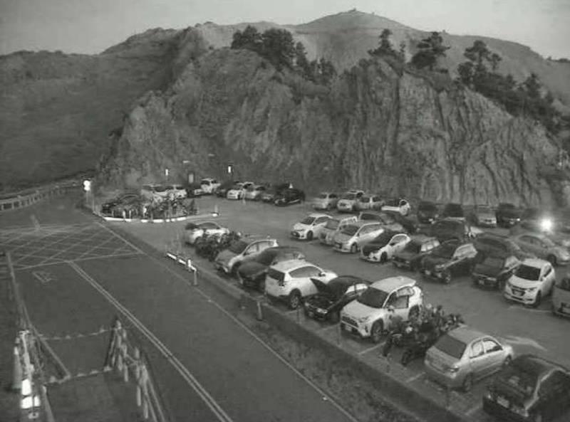 昨天尚未微解封,合歡山武嶺停車場清晨即湧入大量車潮。(擷自公路總局監視器畫面)