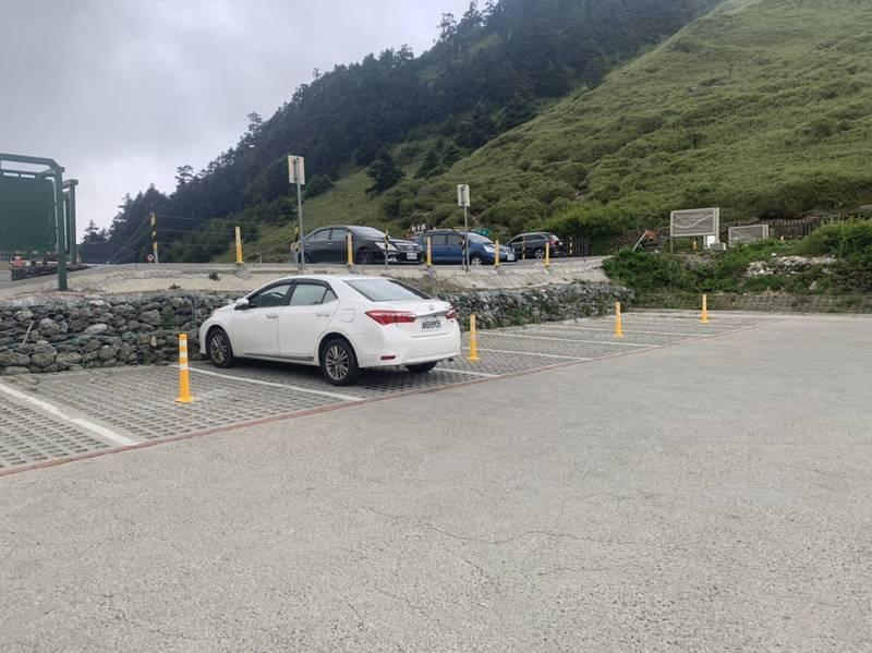 台14甲線合歡山莊停車場配合中央政策降載,每車間隔加大,並設阻隔設施。(林務局東勢林管處提供)