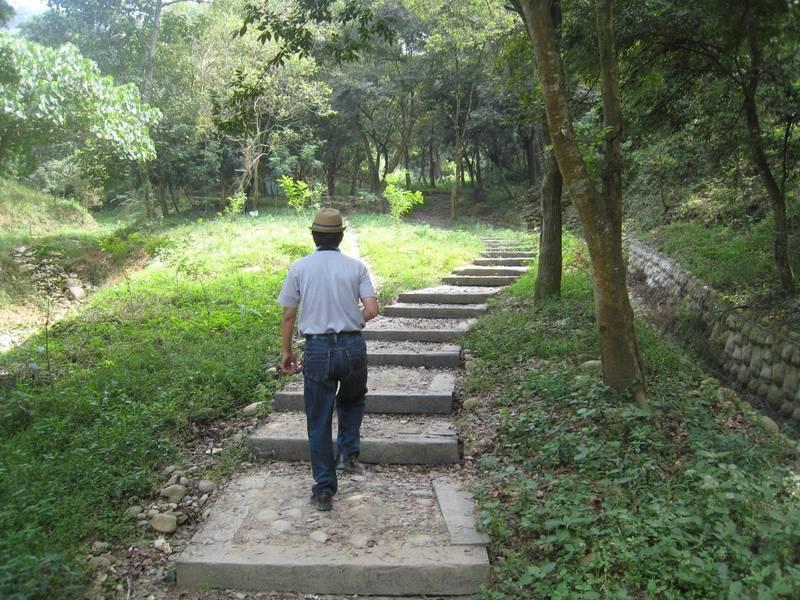 7月13日起微解封,彰化8條登山步道也重新開放。圖為清水岩十八彎古道。(林務局南投管理處提供)