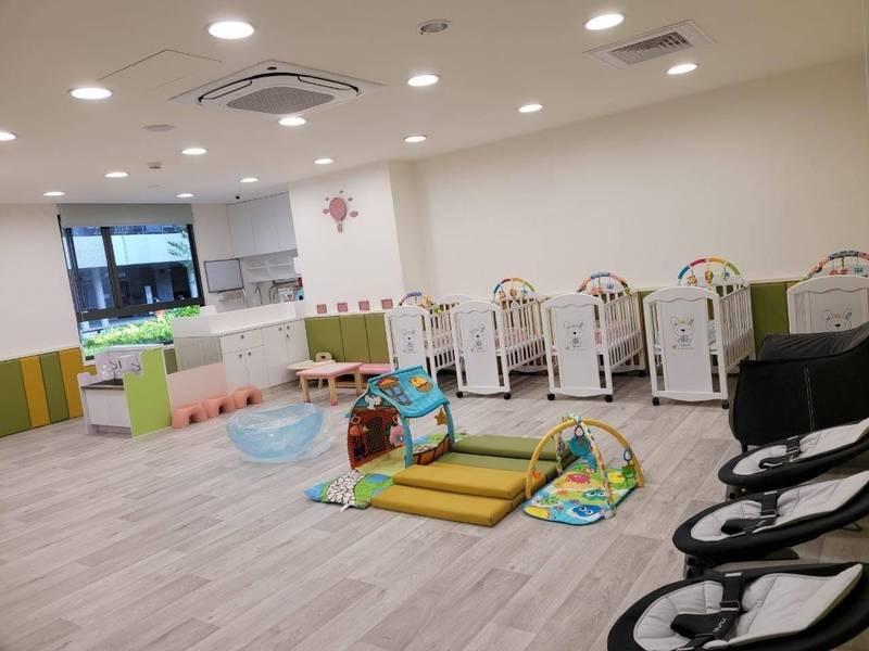 台北市公、私立托嬰中心最快7月20日開放收托,但必須採分區、分流降載,總數不得超過原實際收托數的二分之一,並以第一線警消醫護子女及雙薪且無其他親屬照顧資源的家長優先。(資料照,北市社會局提供)