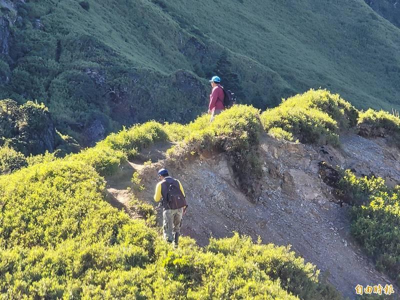 合歡山一早就有遊客報到,卻無視禁令攀爬危險區,置安全於不顧。(記者佟振國攝)