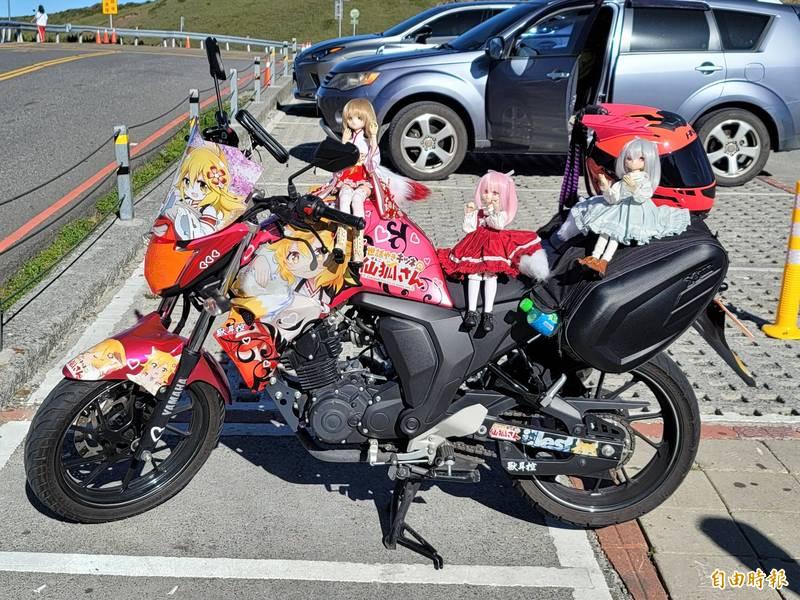 遠從高雄來的機車騎士,特地帶心愛的娃娃上合歡山拍照。(記者佟振國攝)