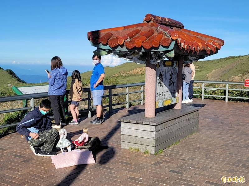 合歡山地標武嶺亭一早就有遊客報到打卡。(記者佟振國攝)