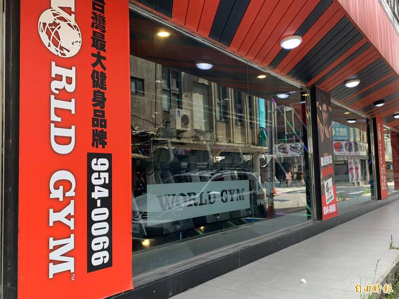微解封首日,宜蘭縣健身房開始營業,出現不少人潮。(記者林敬倫攝)