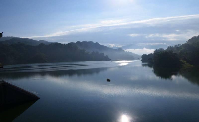 鯉魚潭水庫蓄水持續增加,1天蓄水又增加103萬噸,距離滿水位剩5.1公尺。(記者陳建志翻攝)