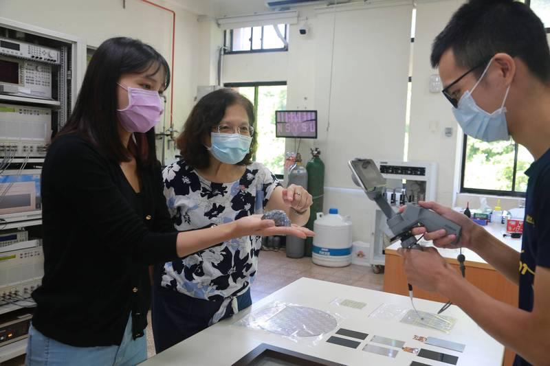中山大學推出「女性科學家線上參訪實驗室」活動,副校長蔡秀芬(中)透過線上直播,為女高中生們講解科學知識,鼓勵她們邁向科學研究路。(圖由中山大學提供)