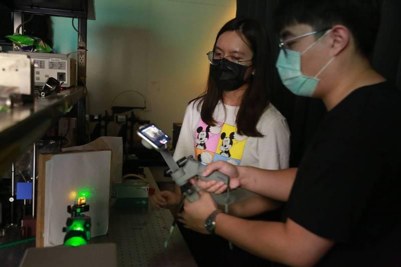 中山大學推出「女性科學家線上參訪實驗室」活動,以網路直播方式,線上帶領女高中生參訪中山物理、化學、光電工程及海洋科學等4大科系的實驗室。(圖由中山大學提供)