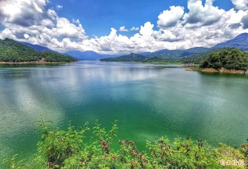 曾文水庫在微解封時刻,正好重現湖光山色美景。(記者吳俊鋒攝)