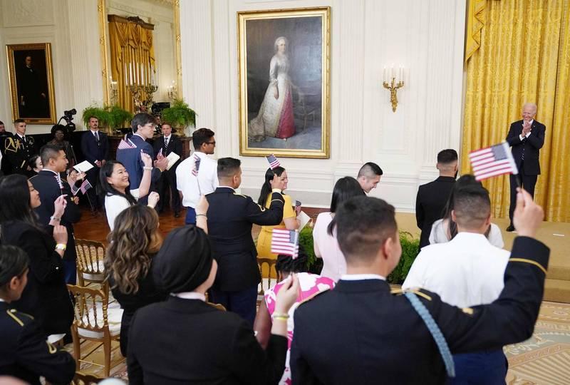 17國移民代表參與入籍儀式。(法新社)