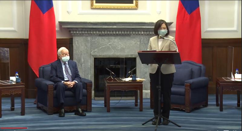 蔡英文總統今日接見我國出席「APEC領袖會議」代表,宣布將再次邀請台積電創辦人張忠謀擔任今年度的APEC領袖代表。(總統府提供)