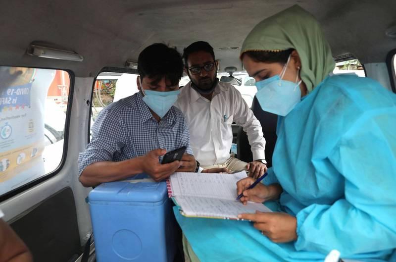 醫務人員在印度的 COVID-19 疫苗接種活動期間收集個人數據。(歐新社)