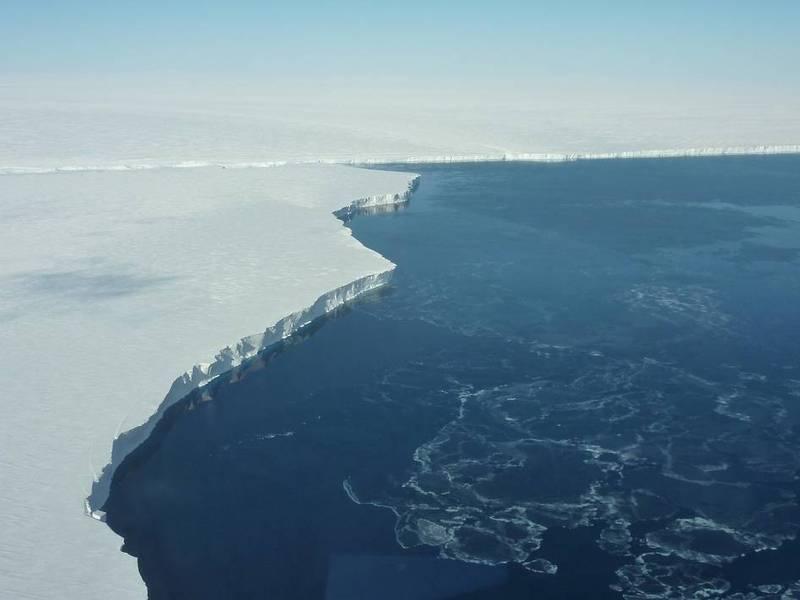 兩年前南極曾發生一起難以解釋的離奇怪事,艾默里冰棚(Amery Ice Shelf)上的一個極巨大冰湖在短短6天內消失於無形,此為南極冰棚示意圖。(擷取自NASA)