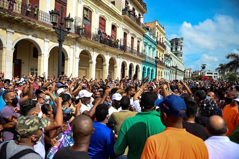 由於疫情持續升溫、經濟危機,古巴上週爆發民眾大規模街頭示威,不過古巴總統狄亞士卡奈將此歸咎於美國施加的經濟制裁。(法新社)